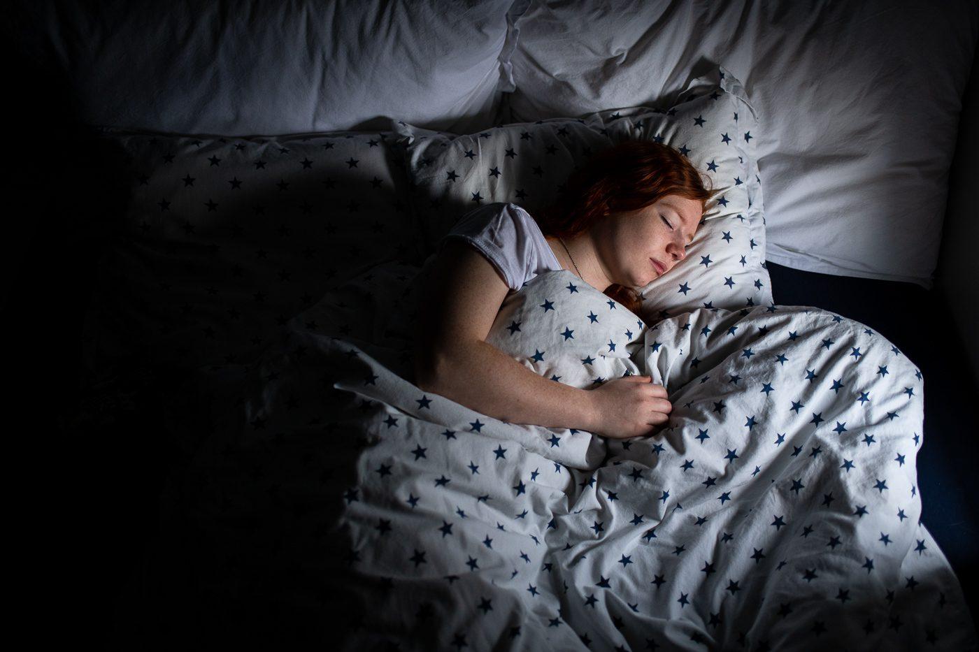 Søvnklinikken. Jente som sover etter behandling av søvnproblemer.